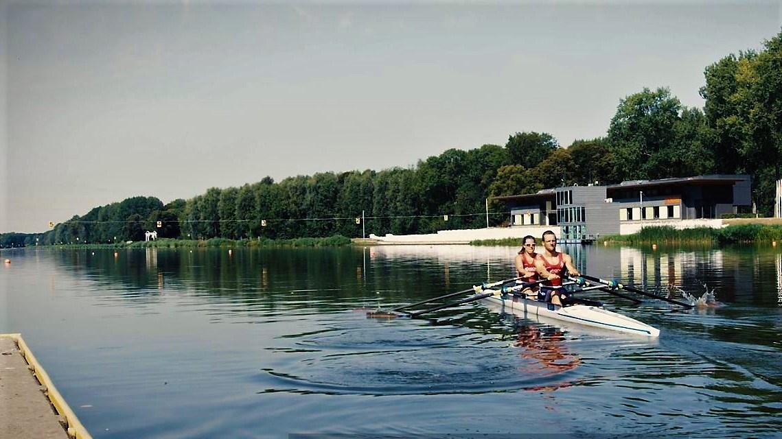 Corné en Annika vullen elkaar aan in de boot