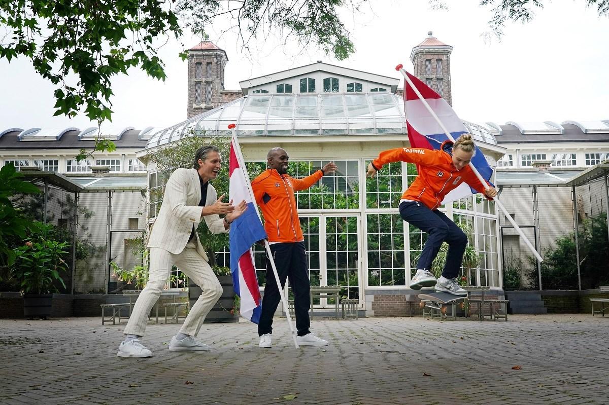 Churandy Martina en Keet Oldenbeuving samen vlaggendrager olympisch TeamNL