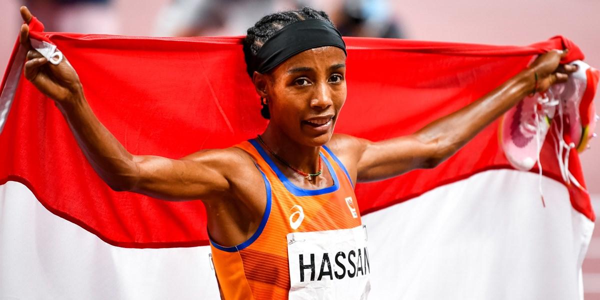Sifan Hassan vlaggendrager bij sluitingsceremonie Olympische Spelen