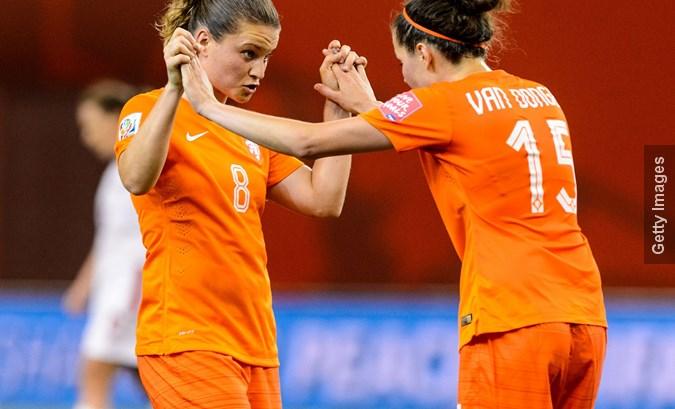 Oranje Leeuwinnen zetten grote stap richting WK met winst op concurrent Ierland
